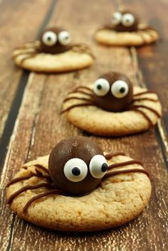 Halloween-Rezept: Gruselige Halloween-Cookies Cookies with spider for Halloween Image: Photo by isto Halloween Cookies, Biscuits Halloween, Plat Halloween, Halloween Treats To Make, Halloween Cookie Recipes, Halloween Desserts, Halloween Food For Party, Easy Halloween, Halloween Costumes