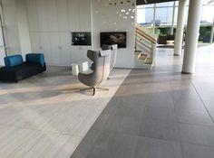 Toonzaal met keramische tegel en parketvloer  www.vl-construct.be