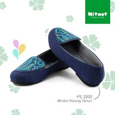 Flatshoes cantik dengan bahan denim kombinasi tenun. Sol karet anti selip.
