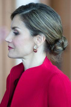 Doña Sofía siente predilección por las joyas originales, y este juego de rubíes lo es. El collar aún no se lo ha prestado a Letizia, pero estos pendientes sí. Y debutaron en...