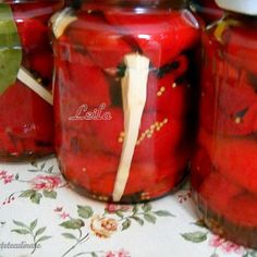 Gogosari in suc propriu (conservati la rece) Canning Pickles, Pickels, Romanian Food, Canning Recipes, Preserves, Cookie Recipes, Mason Jars, Food And Drink, Stuffed Peppers