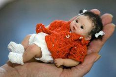 Polymer Clay Dolls by-Kim van de Wetering Tiny Dolls, Ooak Dolls, Reborn Dolls, Cute Dolls, Reborn Babies, Cute Little Baby, Little Doll, Mini Bebidas, Newborn Baby Dolls