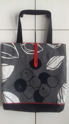 Płomienna torba z czerwoną podszewka Tote Bag, Bags, Fashion, Handbags, Moda, Fashion Styles, Totes, Fashion Illustrations, Bag