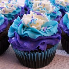 These gorgeous Sprinkles and Swirls Cupcakes combine yummy buttercream frosting and matching homemade sprinkles into a perfectly delicious party cupcake. Blue Frosting, Best Buttercream Frosting, Frosting Colors, Frosting Tips, Frosting Recipes, Swirl Cupcakes, Pretty Cupcakes, Hippie Cake, Tulip Cake