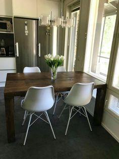 150x90cm lankkupöytä kahdella 45cm lankulla. Tumma antiikinruskea pintakäsittely. Eames, Chair, Modern, Furniture, Home Decor, Recliner, Homemade Home Decor, Home Furnishings, Decoration Home