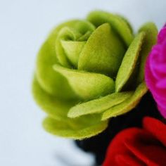 How to Make Felt Roses - Tutorials and Patterns #feltflowers
