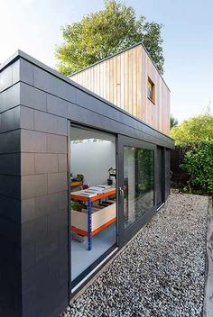 Moon Design + Build has used Marley Eternit's Thrutone fibre cement slates to create stunning vertical cladding on the Garden Studio project, which was nominated for a prestigious architecture award. Exterior Wall Tiles, Exterior Wall Cladding, Brick Cladding, House Cladding, Facade House, Cladding Design, Cladding Systems, Cladding Ideas, Isolation Facade