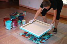 colocar un plastico grueso en el piso realizar dibujo abstracto con pinturas luego tomar un bastidor y apoyarlo con cuidado sobre la pintura. despegarlo y dejar secar!!!! se podria hacer 1 serie con varios bastidores