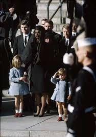salut militaire de john john kennedy à l'enterrement de son père