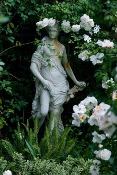 statue -also reminds me of The Secret Garden. Would have to have a few random statues hiding in the shade throughout the garden. Dream Garden, Garden Art, Garden Oasis, Garden Nook, Cottage Gardens, Growing Roses, Traditional Landscape, Neo Traditional, Enchanted Garden