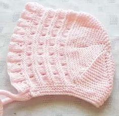 Britische vorbildliche Lora Baby Hat Making Baby Knitting Patterns, Baby Hats Knitting, Knitting Designs, Baby Girl Hats, Girl With Hat, Knitted Slippers, Knitted Hats, Baby Hut, Embroidery Fashion
