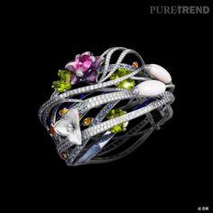 """Bracelet """"Jardin Japonais"""", or blanc, saphirs roses, oranges, jaunes et bleus, péridots, opales roses, améthyste, quartzs roses, diamants blancs et gris."""