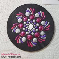 How to create dot mandala rocks step-by-step. Rock painting tutorial for dot mandalas for beginners. Rock Painting Supplies, Rock Painting Ideas Easy, Rock Painting Designs, Mandala Painted Rocks, Mandala Rocks, Hand Painted Rocks, Painted Stones, Dot Art Painting, Mandala Painting