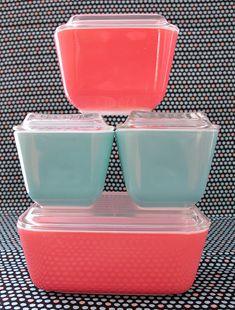 Vintage pink and aqua blue Pyrex refrigerator dish set with clear glass lids Vintage Kitchenware, Vintage Dishes, Vintage Pyrex, Vintage Glassware, Vintage Love, Vintage Decor, Vintage Antiques, Retro Vintage, Vintage Items