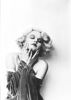 Jean Harlow she looks like she's posing for a B ad in the nineties post-early-Madonna Old Hollywood Glamour, Golden Age Of Hollywood, Vintage Glamour, Vintage Hollywood, Hollywood Stars, Vintage Beauty, Classic Hollywood, Hollywood Fashion, Vintage Ladies