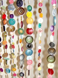 button curtains - could be cool in studio window. I certainly have enough buttons!!! Diy Buttons, Vintage Buttons, Button Art, Button Crafts, Craft Projects, Projects To Try, Diy And Crafts, Arts And Crafts, Diy Curtains