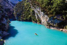 Erleben Sie die malerischen Landschaften der Provence bei einem Tagesausflug zur Verdonschlucht ab Nizza. Entdecken Sie Europas größte Schlucht, bewundern Sie die Lavendelfelder des Valensole-Plateaus und sehen Sie die Berge Lubérons und den Mont Ventoux.