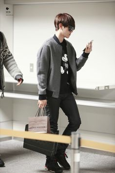 Incheon Airport to Fukuoka Airport Baekhyun, Korean Fashion Kpop, Exo Korean, Kpop Guys, Boy Pictures, Airport Style, Airport Fashion, Fukuoka, Incheon