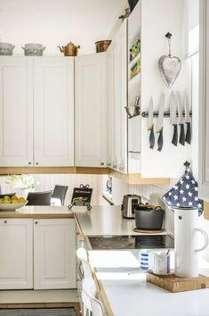 Keittiöstä on näkymä ruokailutilaan ala- ja yläkaappien välistä. Keittiö sijaitsee näppärästi takaoven lähellä.