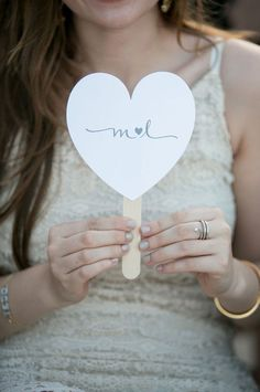 heart shaped wedding fan | ventaglio matrimonio a forma di cuorehttp://weddingwonderland.it/2016/02/15-decorazioni-forma-cuore.html
