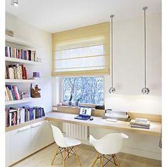 Auf einem langen, leeren Schreibtisch hast Du viel Platz, um Dich auszubreiten oder gemeinsam mit Freunden zu arbeiten. | 18 tolle Ideen, wie Du Dein Homeoffice schön gestalten kannst