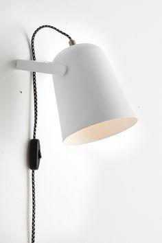 Væglampe af malet metal og messingfarvede detaljer. Lampen er justerbar i højden. Skærmens højde 18 cm, Ø 15 cm. Tofarvet dekorativ stofledning med strømafbryder og vægstik, ledningslængde 1,5 m. Lille sokkel E14. Maks. 40 W.<br>Lyskilde medfølger ikke. <br><br>