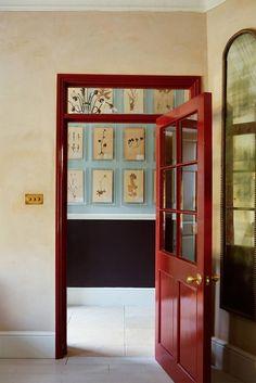 Una casa con mucha mezcla y aires rústicos en Notting Hill Matilda, Notting Hill, Interior Door, Interior Design, Decoracion Vintage Chic, Turbulence Deco, British Home, Green Cabinets, Fire Doors