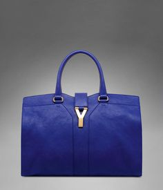 Continuing in the iconic Yves Saint Laurent fashion of functional and chic, this large volume YSL bag is a modern take on the iconic tote.