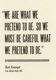 """""""Nós somos o que fingimos ser, por isso temos que ter cuidado com o que fingimos ser."""" - Kurt Vonnegut"""