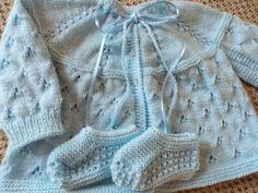 Mimos da vovó - Casaquinho André Baby Knitting Patterns, Crochet Baby Dress Pattern, Baby Sweater Knitting Pattern, Baby Dress Patterns, Knitting For Kids, Crochet For Kids, Hand Knitting, Knit Crochet, Baby Cardigan