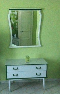 Isabel Monfort. Mueble antiguo tocador con espejo decorado en blanco perla con molduras y tiradores en verde yerba
