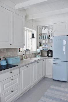 House beach kitchen interior design 67 New Ideas Classic Kitchen, Cute Kitchen, Kitchen Decor, Smeg Kitchen, Smeg Fridge, Retro Fridge, Kitchen Ideas, Beach House Kitchens, Cottage Kitchens