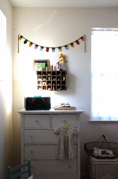love the felt garland made to look like old-fashioned Christmas bulbs