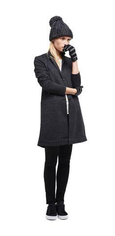 Damen Outfit Dandy-Allure von OPUS Fashion: graue Mütze, graue Handschuhe, weiße…