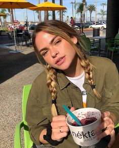 here i am having my mom take a picture of me with my açaí bowl Beauty Tutorials, Beauty Hacks Video, Insta Feed Goals, Summer Mckeen, Cute Poses, Model Face, Fashion Videos, Grey Hair, Role Models