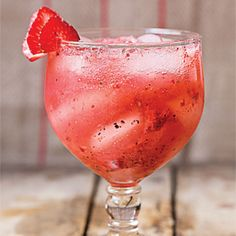 An effervescent gin and tonic or astringent Negroni is perfect on a hot afternoon. We've rounded up our favorite summery gin cocktail recipes. Cocktail Gin, Best Gin Cocktails, Gin Cocktail Recipes, Winter Cocktails, Popular Cocktails, Signature Cocktail, Gin Fizz, O Gin, Mojito