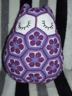 Uiltje volgens patroon, heel verschil met de vorige Crochet Animals, Pet Toys, Barbie, Blanket, Pillows, Vestidos, Amigurumi, Crocheted Animals, Blankets