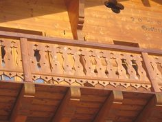 Balcony detail on modern chalet Alpine Chalet, Swiss Chalet, Front Porch Railings, Balcony Railing, Garden Gates And Fencing, Fences, German Houses, Cabin Decks, Chalet Interior