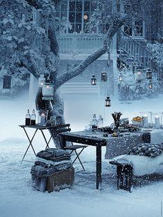Duka upp adventsglöggen i trädgården. ÄNGSÖ bord, TÄRNÖ fällbart bord, TÄRNÖ klappstol, POMP lykta, STOCKHOLM kuddfodral, ROTERA och MÖRKT lyktor.