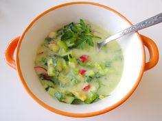 Okroschka ist ein einfaches und schnelles Gericht. Du verschwendest nicht zu viel von Deiner wertvollen Sommerzeit in der Küche und isst trotzdem sehr lecker und gesund.