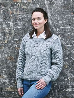 Den skønne, bløde sweater er strikket i dekorativt påfuglemønster, der slet ikke er så svært, som det ser ud til!