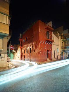 Een opvallende renovatie van een woning in het Italiaanse stadje Altamura. Het in Amsterdam gevestigde GG-loop liet zich inspireren door een album van King Crimson en kwam met spannende organische vormen. Dat is lang gelden dat ik naar dat album heb geluisterd. Een mooie reden om het weer eens op te zetten!  Het huis heeft zowel aan de binnen- als buitenkant een nieuw jasje gekregen. Aan de buitenkant valt direct de rode kleur en de geometrische vormen op. Garziano noemt dit deel van het…