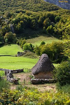 """""""Pallozas"""" like this one of Somiedo were a typical traditional mountain house form in Asturias, Spain. Places Around The World, Around The Worlds, Wonderful Places, Beautiful Places, Asturian, Asturias Spain, Paraiso Natural, Italy Holidays, Basque Country"""