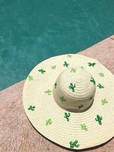 Chapeau soleil motif cactus Tutoriel / Sun hat with DIY Cactus pattern tutorial Johanie Créative Cactus Decor, Cactus Hat, Cacti And Succulents, Sun Hats, Diy Clothes, Diy Fashion, Spring Summer Fashion, Cute Outfits, Crafty