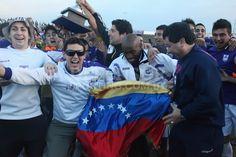 Emilio Rentería con el tricolor nacional celebrando en Uruguay el título.