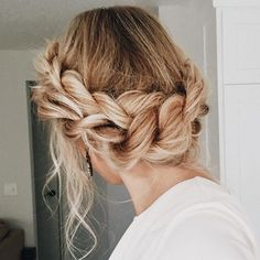 This is the perfect hairdo for next-day hair. This is the perfect hairdo for next-day hair. Bob Hair, Hair Dos, Wavy Hair, Messy Hairstyles, Pretty Hairstyles, Wedding Hairstyles, Braided Crown Hairstyles, Hairstyle Ideas, Hairstyle Tutorials