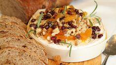 Lise Finckenhagen lager fest med en hel, rund ost, og serverer den varm med nøtter og tørket frukt.