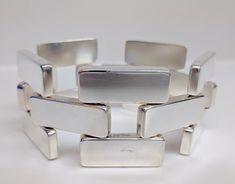 GEORG JENSEN ARMBAND #194 Dit moderne zilveren armband ontwerp #194 werd gemaakt door Astrid Fog. Meet 8 3/4 lengte en 1½ over. In uitstekende staat voor de leeftijd, kleine krassen en pock markeringen. Gesp heeft veiligheid bovenop te vergrendelen armband op de pols.