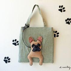 inu no bag ....French bulldog ( イヌ ノ バッグ....フレンチブルドッグ )French bulldog felt embroidery applique bagフォーンとクリームが完成して4匹揃いました。どの子も微妙に顔つきや雰囲気が違います。目元は特に違いが出やすいです。お顔のシワやヒゲまで作り込んでいます。愛犬のお姿に重なる子がいましたら嬉しいです。バッグ上部にはファスナーが付いていますので、ポーチとしてもお使い頂けます。《 サイズ 》・幅:23cm(平置で採寸)・高さ:23cm・持ち手:32cm《 素材 》・表布:麻・裏布:コットン・アップリケ:フェルト・刺繍糸・紐・綿など