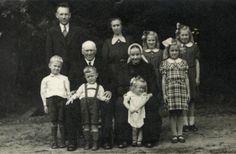 De hele familie Ter Keurs in Ambt Delden. Sonja van Pelt was in maart 1945 hier naar toe uitgezonden. 'Opoe en omoe' woonden bij het gezin in. 'Omoe' draagt klederdracht speciaal voor de foto. Foto is waarschijnlijk gemaakt in de zomer van 1945. #Overijssel #Twente